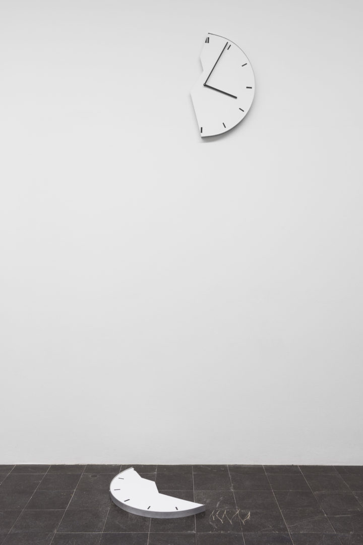 Exhibition View Groupshow «Zeitspuren – The Power of Now / view on Elmgreen & Dragset, Broken Clock / Powerless Structures, Fig. 245, 2001» at PASQUART, Biel/Bienne, 2018 / Photo: Gunnar Meier / Courtesy: Family Servais Collection, Bruxelles