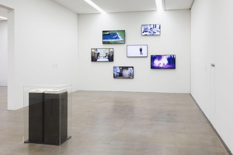 Exhibition View Groupshow «Zeitspuren – The Power of Now with Taryn Simon and Ragnar Kjartansson» at PASQUART, Biel/Bienne, 2018 / Photo: Gunnar Meier / Courtesy: the artist and Gagosian / Courtesy: the artist, Luhring Augustine, New York and i8 Gallery, Reykjavik