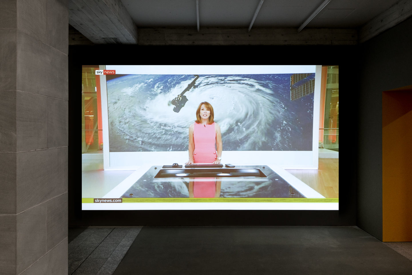 Exhibition View Groupshow «The Humans; view on Ed Atkins, Simon Thomson Sky News Live, 2015 – ongoing» / Photo: Sebastian Stalder / Courtesy: the artists and Cabinet Gallery, London