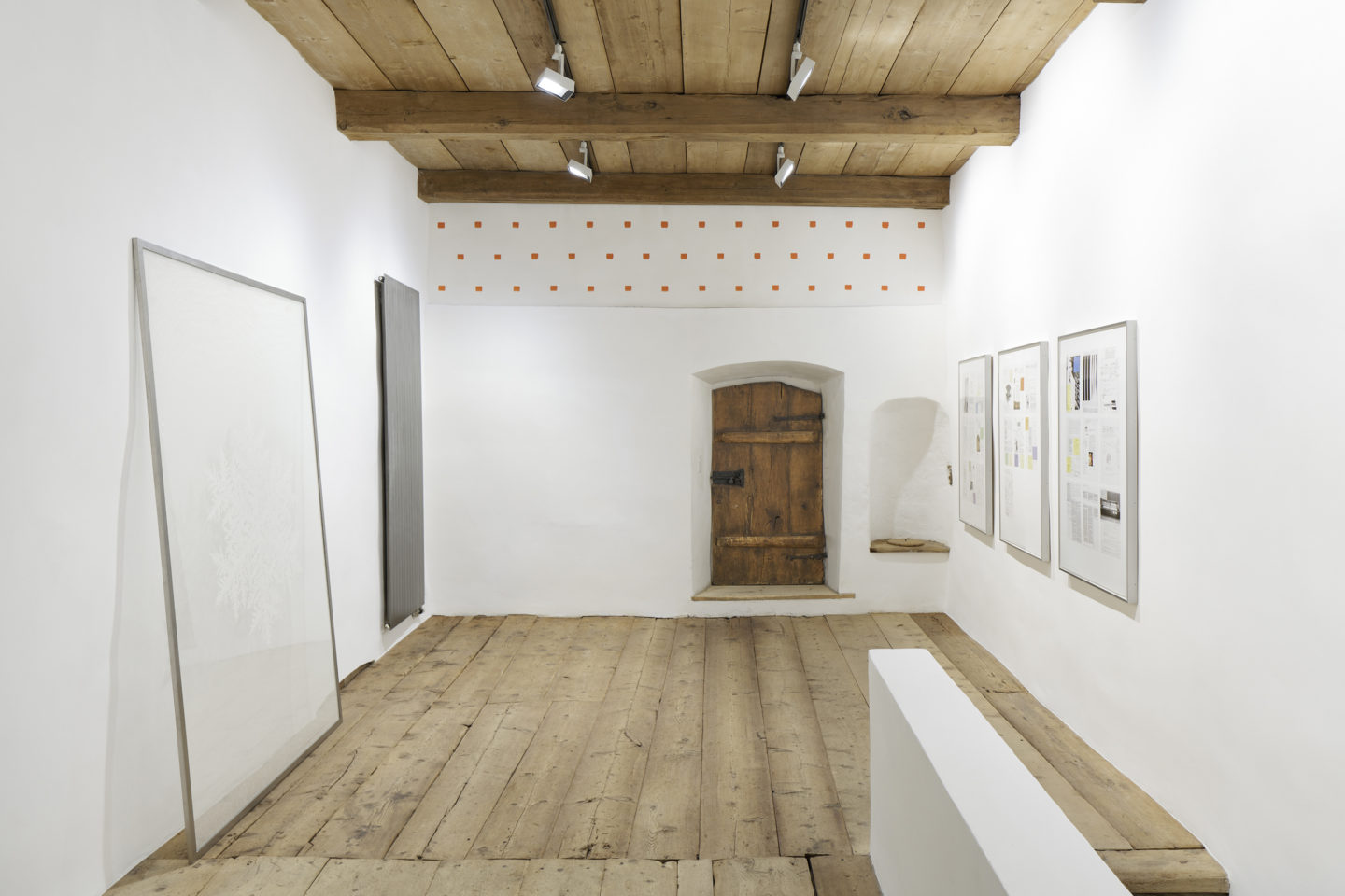 Installation View Bethan Huws «Soloshow» at Galerie Tschudi, Zuoz / Photo: Ralph Feiner / Courtesy: the artist and Galerie Tschudi, Zuoz