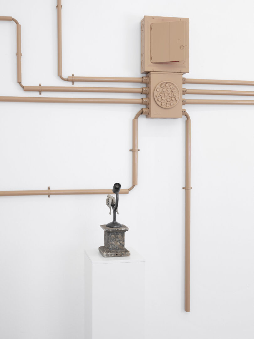 Exhibition View Groupshow «Hatch ; view on Liz Craft, Strange Thing, 2018 and Danny McDonald Searching For Reassuring Statistics Regarding Classical Proportions,