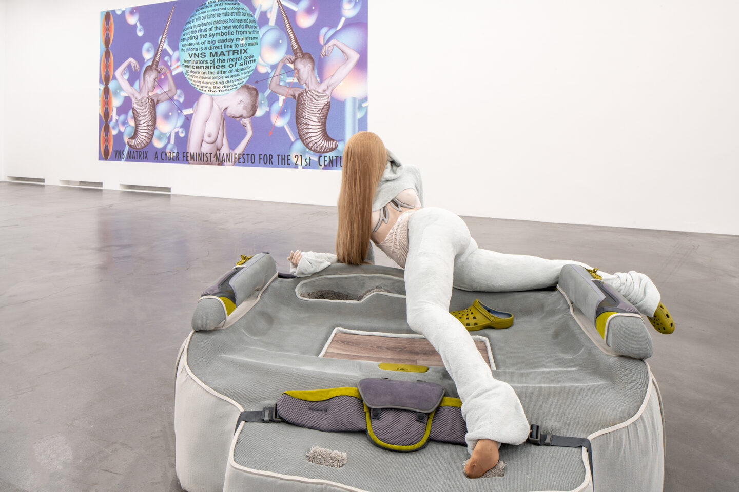 Exhibition View Groupshow «Producing Futures ; view on Anna Uddenberg, Disconnect (airplane mode), 2018, (Courtesy the artist and Kraupa-Tuskany Zeidler, Berlin) and VNS Matrix, The Cyberfeminist Manifesto for the 21st Century, 1991, (Courtesy the artists)» at Migros Museum, Zurich / Photo: Lorenzo Pusterla