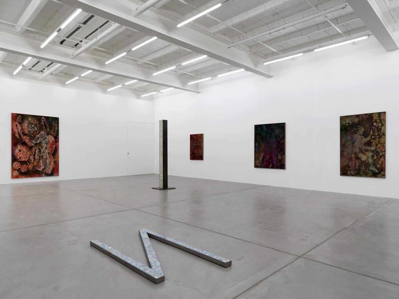 Exhibition View Sam Falls Soloshow at Galerie Eva Presenhuber, Zurich, 2019 / Photo: Stefan Altenburger / © Sam Falls / Courtesy the artist and Galerie Eva Presenhuber, Zurich / New York
