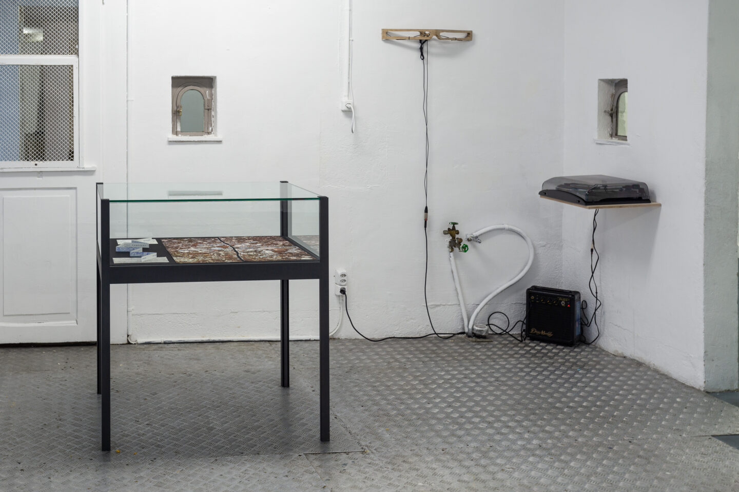 Exhibition View Groupshow «The Big Rip. Bounce, Chill or Crunch?; view on Robert Smithson, Ephemera with invitation cards (detail), 1969 and Aline Zeltner, Sound Object, 2010» at Last Tango, Zurich, 2019 / Photo: Kilian Bannwart / Courtesy: the artist and Last Tango, Zurich