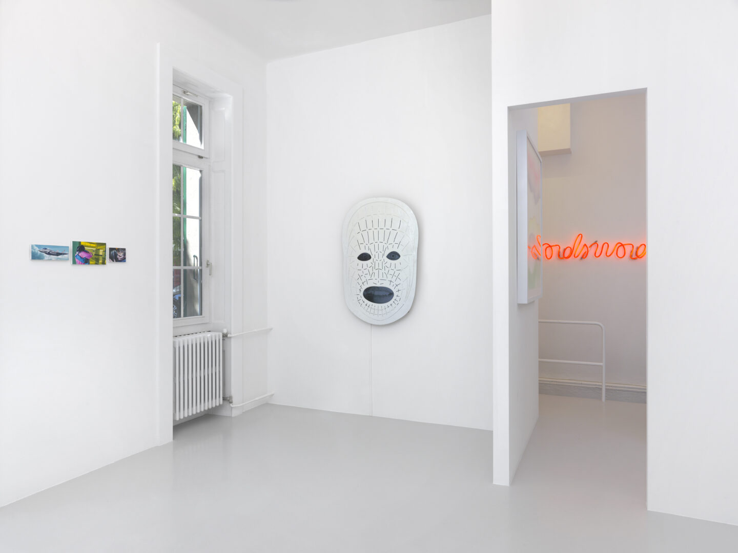 Exhibition View Groupshow by Albert Baronian «Le Choix d'Albert; view on Robert Devriendt, A Tender Performance, 2015, Tony Oursler, A*g, 2016 and Marie José Burki, Wordswordswords, 2014» at Xippas, Geneva / Photo: Annik Wetter