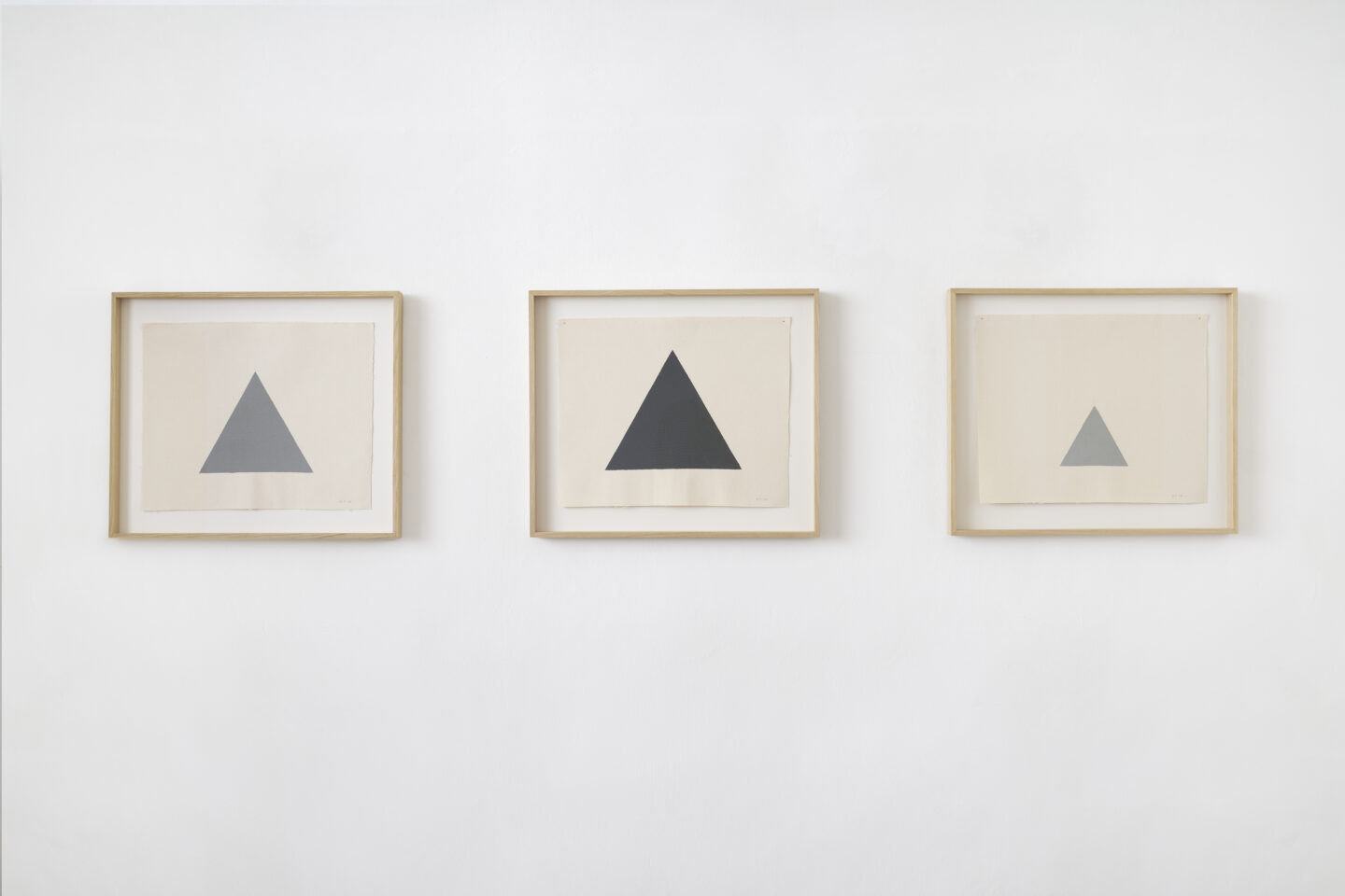 Exhibition View Alan Charlton Soloshow «It Started with a Chameleon; view on Triangle on Canvas (22.5 cm); (27 cm); (13.5), 2014» at Galerie Tschudi, Zuoz, 2019 / Photo: Ralph Feiner, Malans / courtesy: the artist and Galerie Tschudi