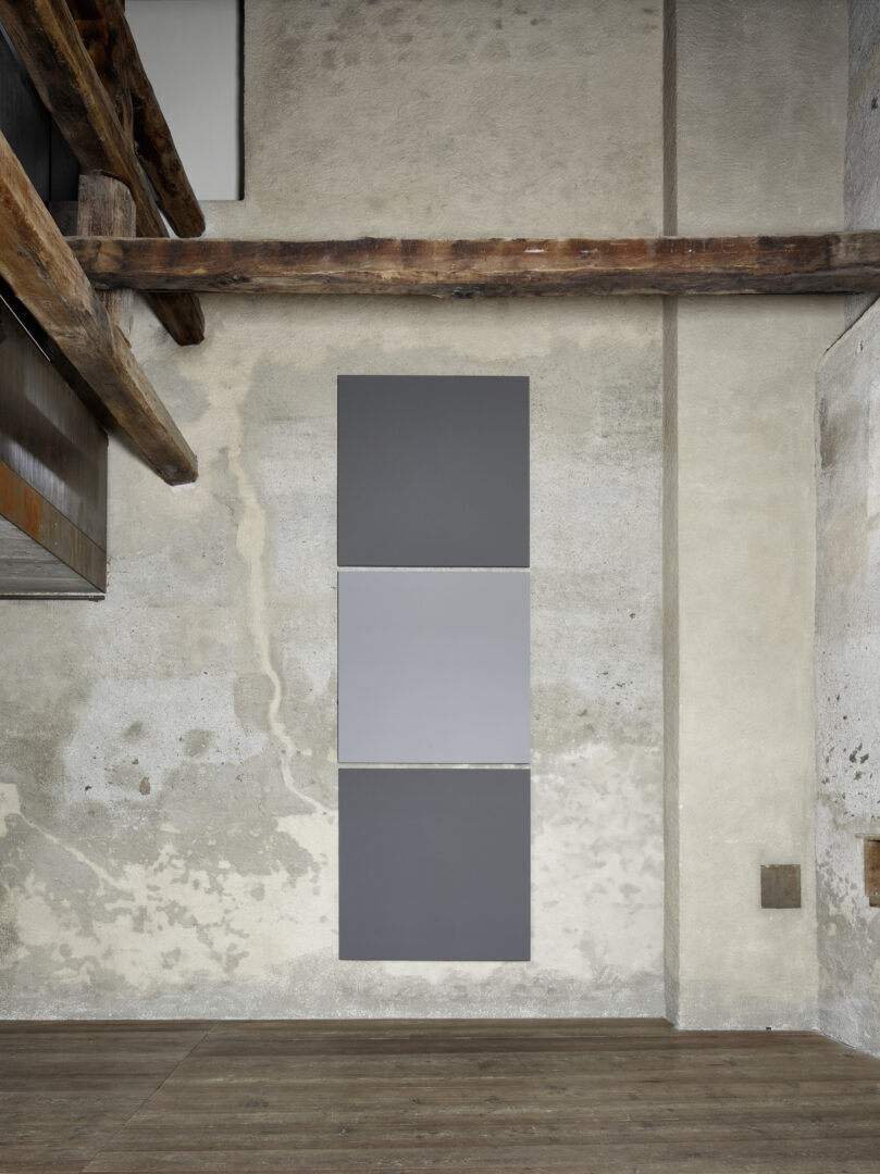 Exhibition View Alan Charlton Soloshow «It Started with a Chameleon; view on Block Painting, light grey with dark grey, 2019» at Galerie Tschudi, Zuoz, 2019 / Photo: Ralph Feiner, Malans / courtesy: the artist and Galerie Tschudi