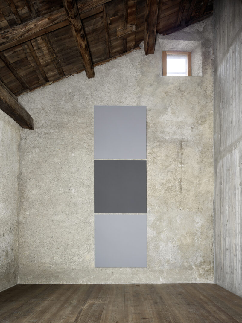 Exhibition View Alan Charlton Soloshow «It Started with a Chameleon; view on Block Painting, Dark Grey with Light Grey, 2019» at Galerie Tschudi, Zuoz, 2019 / Photo: Ralph Feiner, Malans / courtesy: the artist and Galerie Tschudi