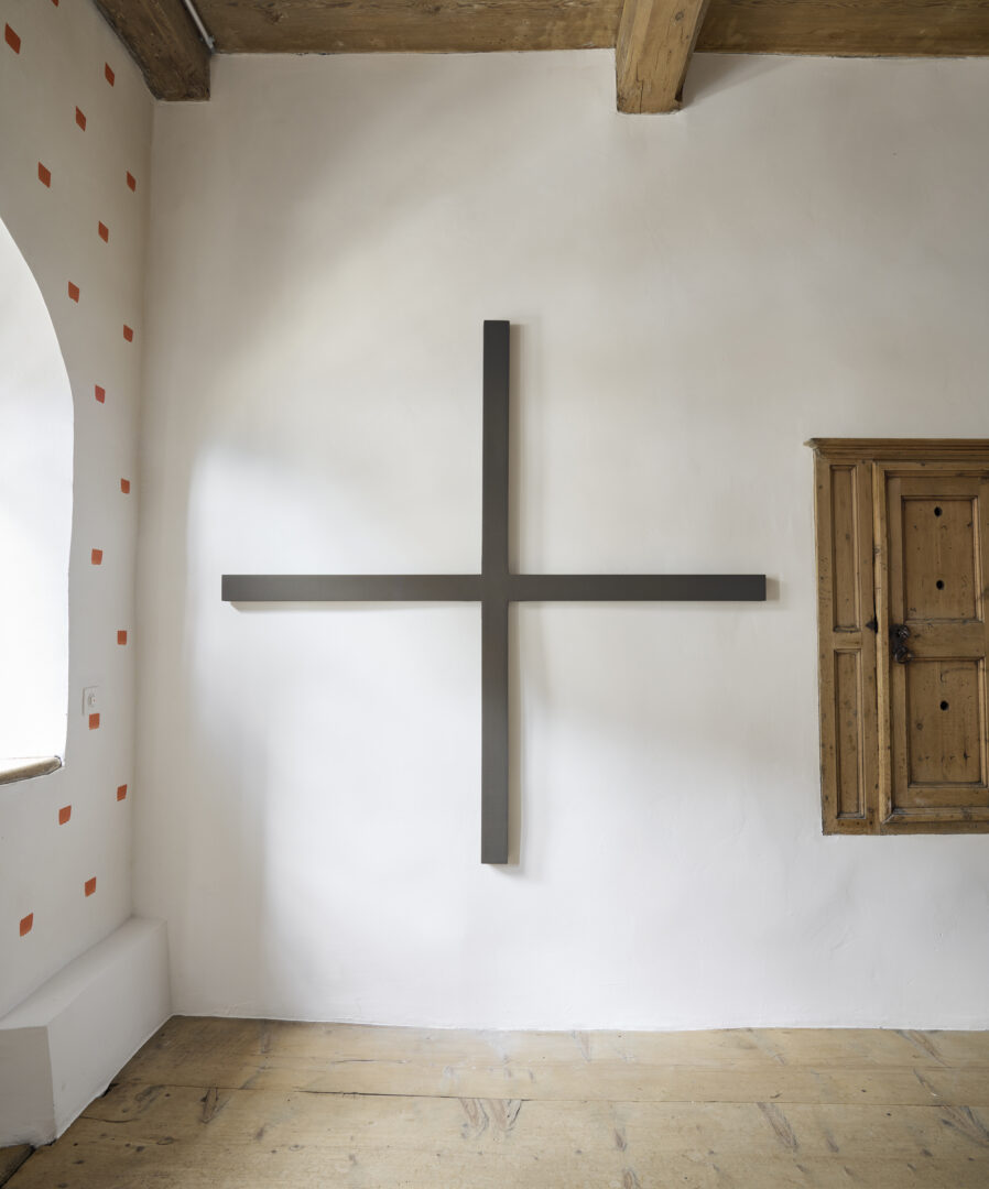 Exhibition View Alan Charlton Soloshow «It Started with a Chameleon; view on Narrow Cross, 1991» at Galerie Tschudi, Zuoz, 2019 / Photo: Ralph Feiner, Malans / courtesy: the artist and Galerie Tschudi