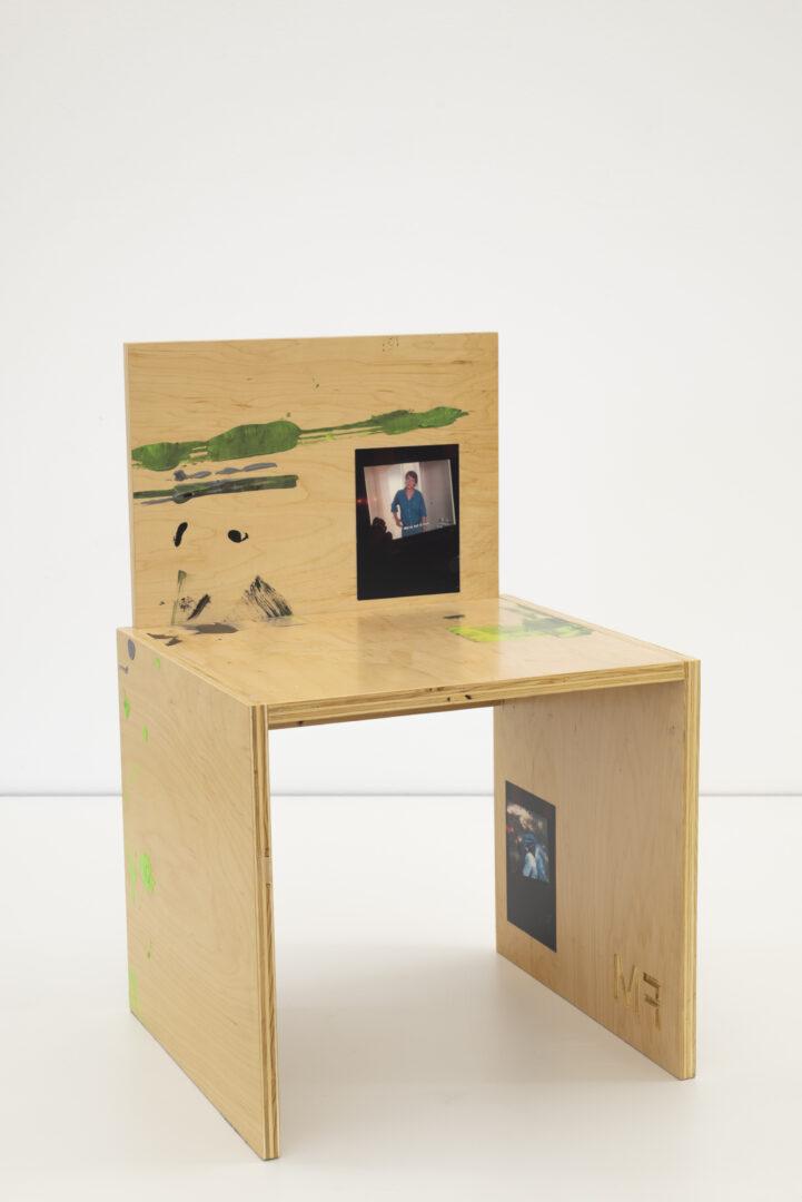 Exhibition View Fabian Marti Soloshow «I LÄBE NO; view on FM Studio Chair (L'ami de mon amie), 2019» at Galerie Peter Kilchmann, Zurich, 2019 / Photo: Sebastian Schaub / Courtesy: the artist and Galerie Peter Kilchmann