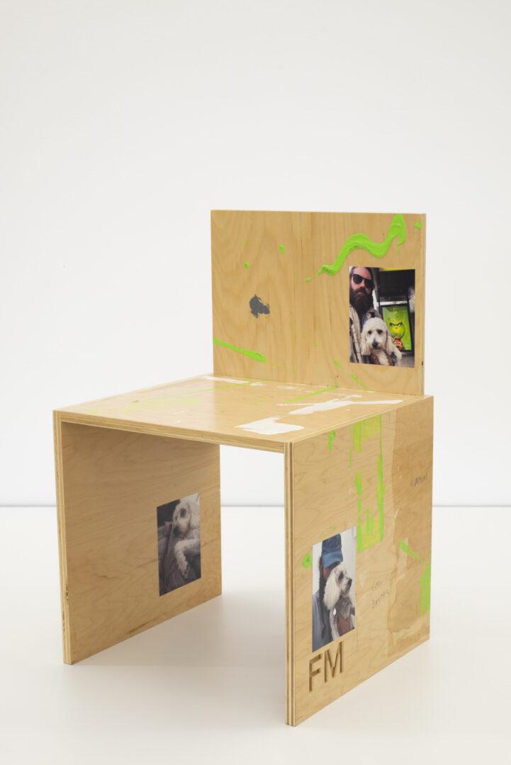 Exhibition View Fabian Marti Soloshow «I LÄBE NO; view on FM Studio Chair (Such a Good Girl), 2019» at Galerie Peter Kilchmann, Zurich, 2019 / Photo: Sebastian Schaub / Courtesy: the artist and Galerie Peter Kilchmann