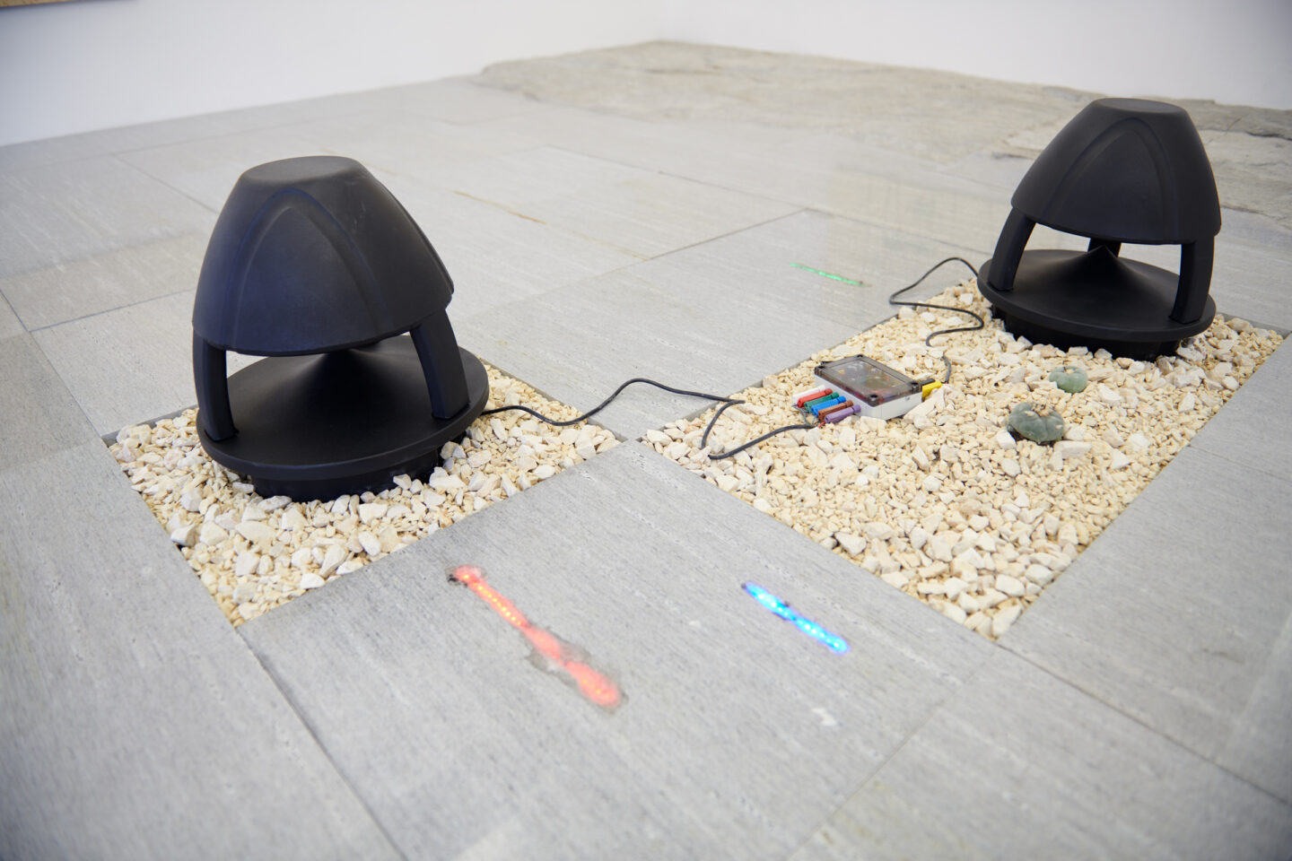 Exhibition View Haroon Mirza and Gaia Fugazza Groupshow «Antidotes and their Counterparts; view on Haroon Mirza, A Platform for Breathing, 2019» at Häusler Contemporary Zürich, Zurich, 2019 / Photo: Mischa Scherrer / Courtesy: the artist and Häusler Contemporary