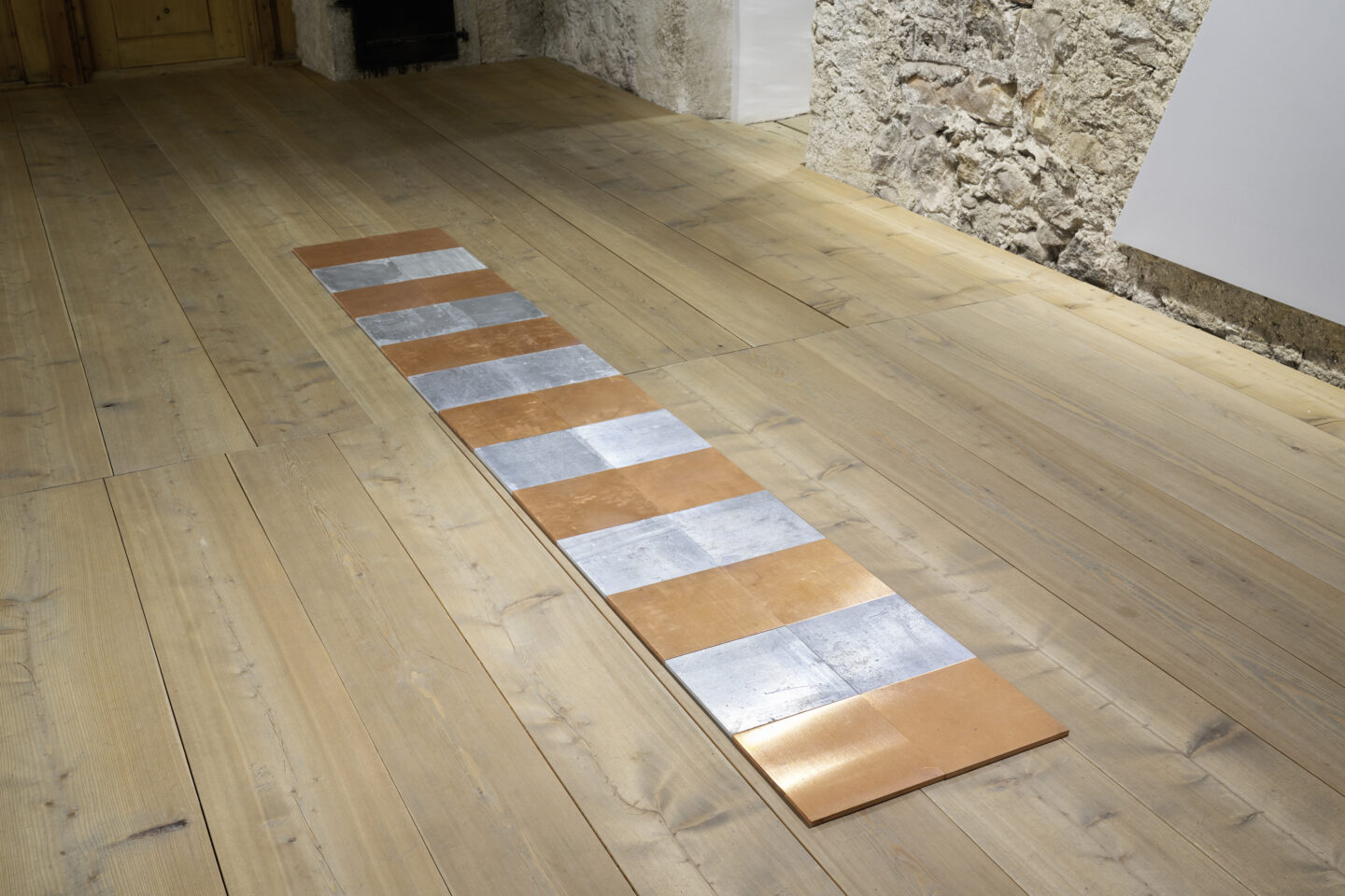 Exhibition View Groupshow «Absolutely Tschudi; view on Carl Andre, Voltaglyph 26, 1997» at Galerie Tschudi, Zuoz, 2019 / Photo: Ralph Feiner, Malans / Courtesy: the artists and Galerie Tschudi, Zuoz