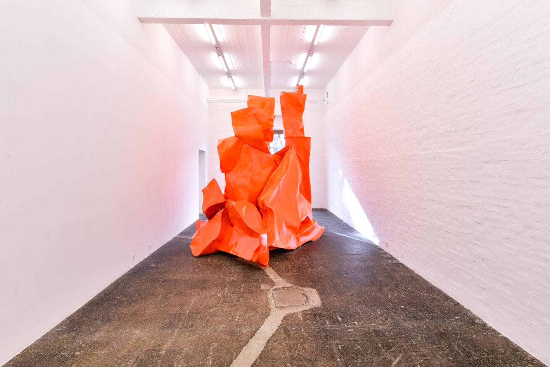 Exhibition View Groupshow «La fine ligne; view on Simone Holliger, Skulptur (neu verhandelt), 2020» at Kunst Halle Sankt Gallen, St. Gallen, 2020 / Photo: Kunst Halle Sankt Gallen, Sebastian Schaub / Courtesy: the artist; Gallery Nicolas Krupp, Basel