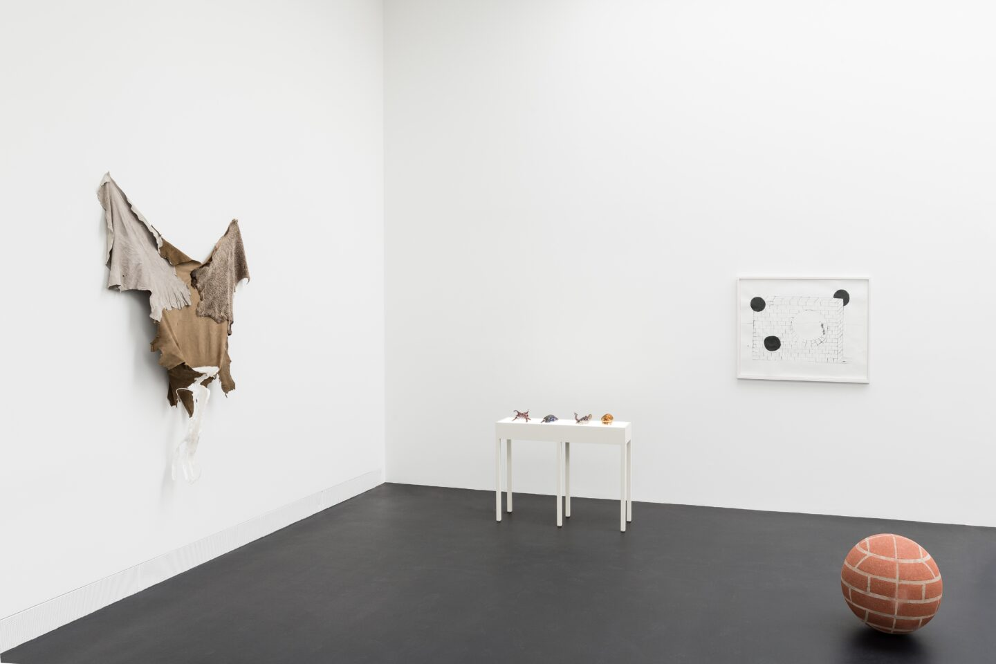 Exhibition View Groupshow «HOOKS & CLAWS» at Galerie Gregor Staiger, Zurich, 2020 / Photo: © Galerie Gregor Staiger / Courtesy: the artists and Galerie Gregor Staiger