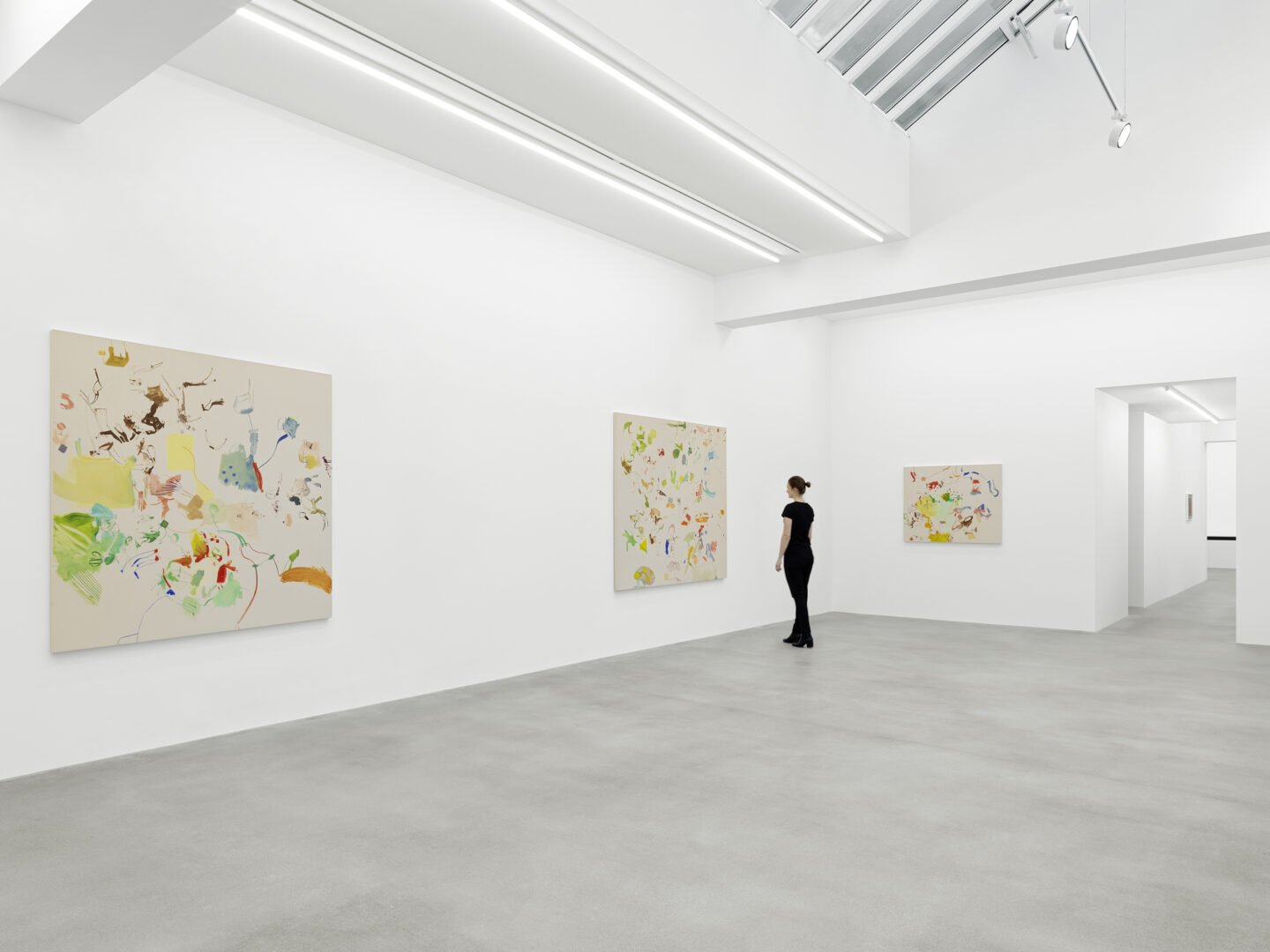 Exhibition View Sue Williams Soloshow at Galerie Eva Presenhuber, Waldmannstrasse, Zurich, 2020 / Photo: Stefan Altenburger / © Sue Williams / Courtesy the artist and Galerie Eva Presenhuber, Zurich / New York