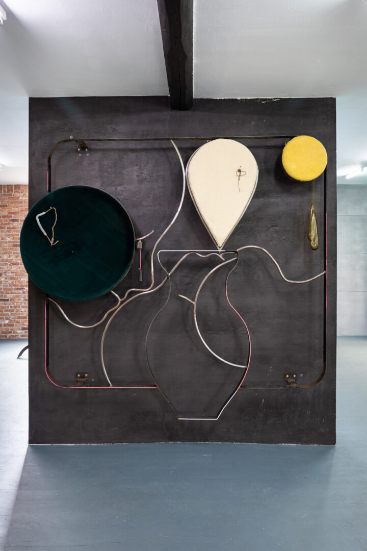 Exhibition View Groupshow «Whispering Walls; view on Tanja Roscic, Faces and Vase, 2020, steel, bronze, wire, pins, jute, wool, foam, glass, velvet, 216x235cm» at Last Tango, Zurich, 2020 / Photo: Kilian Bannwart / Courtesy: the artists and Last Tango
