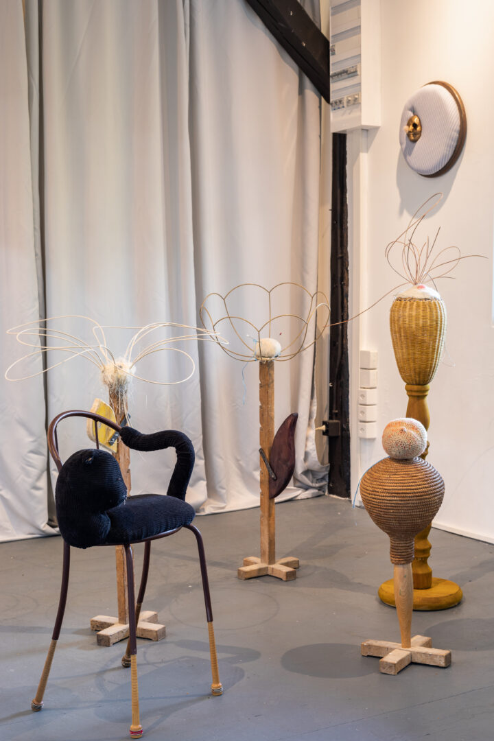 Exhibition View Groupshow «Whispering Walls; view on Tanja Roscic, Cat Chair, 2020, metal, wood, textile, foam, 74x41x37cm; Flowers, 2020, wood, metal, foam, string, yute, wool, 136x60x60cm / 66x25x25cm / 100x43.5x43.5cm / 91x71x71cm and Black Painter, 2020, fabric, metal, bronze, string, wood, foam, hair, 42.5x42.5x12cm» at Last Tango, Zurich, 2020 / Photo: Kilian Bannwart / Courtesy: the artists and Last Tango
