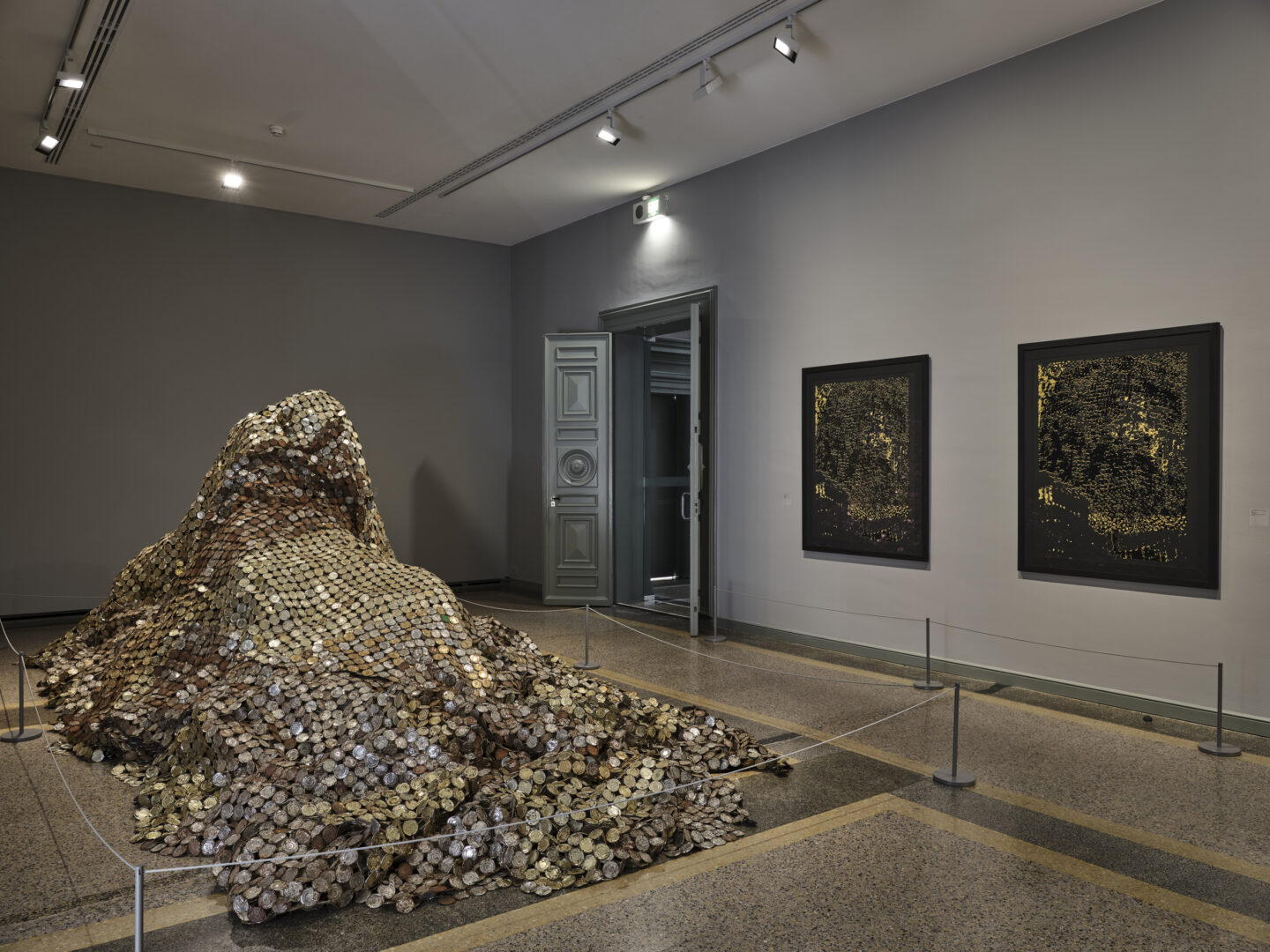 Exhibition View El Anatsui Soloshow «El Anatsui. Triumphant Scale» at Kunstmuseum Bern, 2020 / Photo: Rolf Siegenthaler / Courtesy: the artist and Kunstmuseum Bern