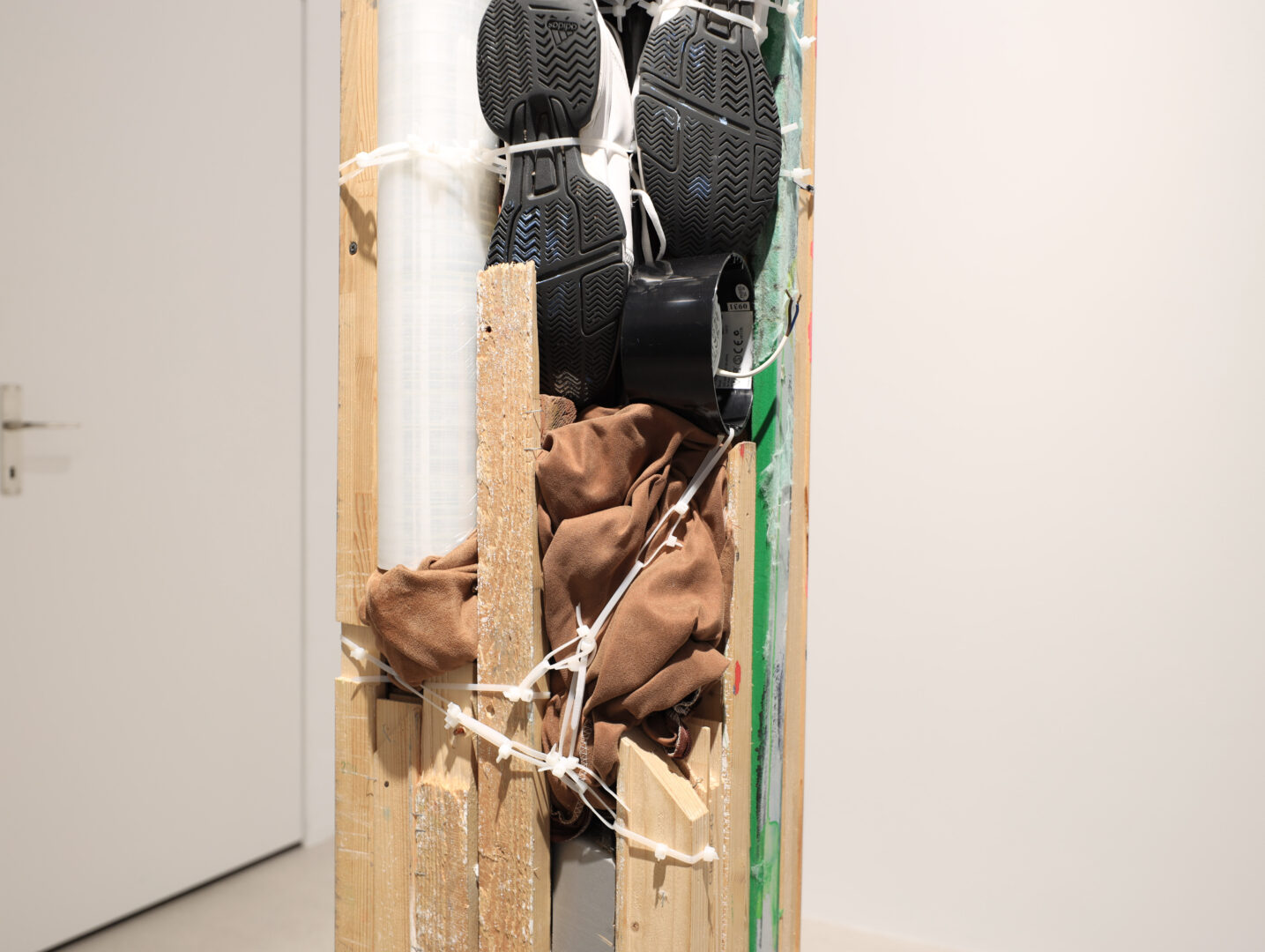 Exhibition View Umut Yasat Soloshow «5/1; view on Der Stapel 32, 2019» at Windhager von Kaenel, Zurich, 2020 / Photo: Fabian Windhager / Courtesy: the artist and Windhager von Kaenel