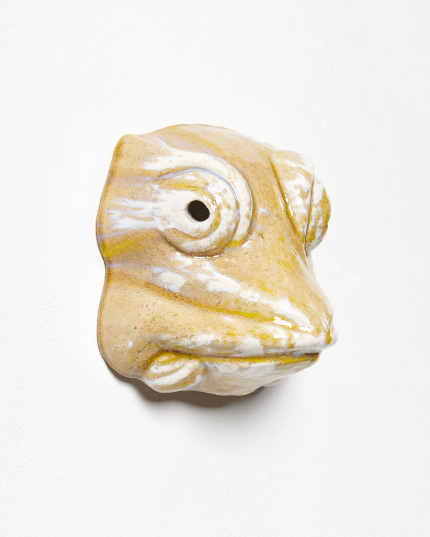 Exhibition View Mai-Thu Perret Soloshow «With an unbounded force; view on Mai-Thu Perret, With an unbounded force (yellow frog), 2020, Glazed ceramic, 22 × 21 × 15 cm» at Galerie Francesca Pia, Zurich, 2020 / Photo: Mareike Tocha / Courtesy: the artist and Galerie Francesca Pia