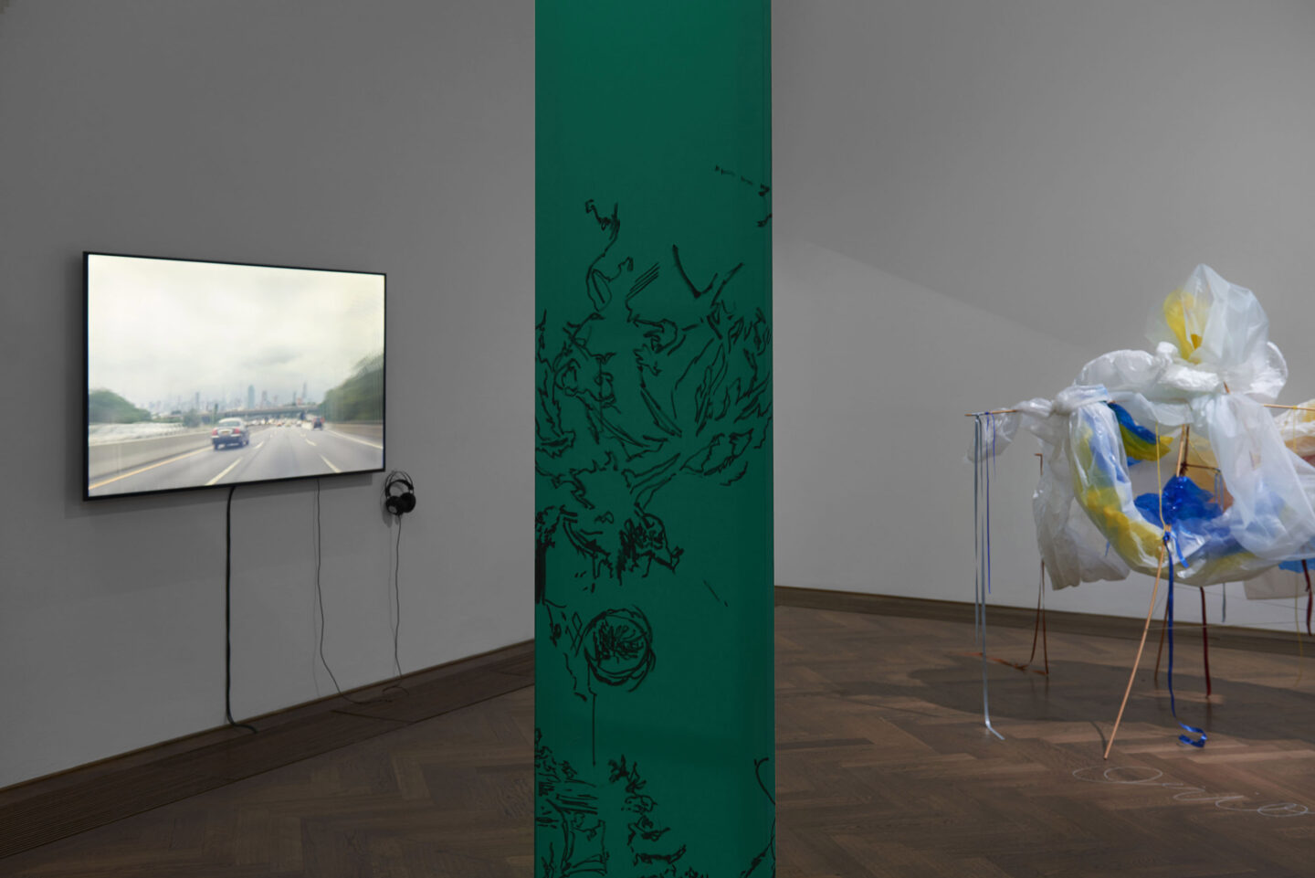 Exhibition View Groupshow «Bizarre Silks, Private Imaginings and Narrative Facts, etc.; view on Ken Okiishi, Untitled, 2016 (video on the left)» an exhibition by Nick Mauss at Kunsthalle Basel, Basel, 2020 / Photo: Philipp Hänger and Kunsthalle Basel / Courtesy: the artists and Kunsthalle Basel